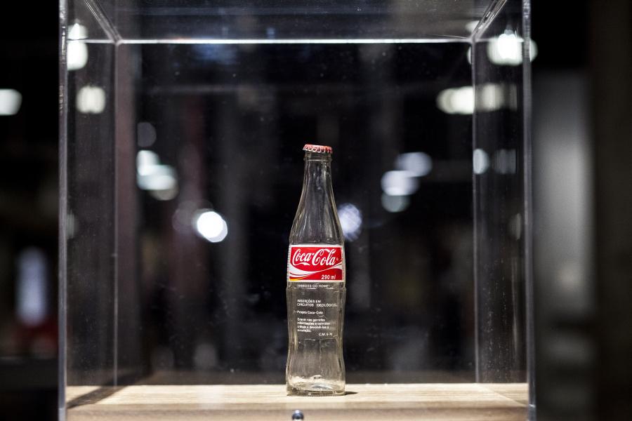 """Inserciones en circuitos ideológicos - Proyecto Coca-Cola (1970), de Cildo Meireles. Vista de la exposición """"Arte-Veículo"""", en el SESC Pompeia, São Paulo, Brasil, 2018. Foto: Ricardo Ferreira"""