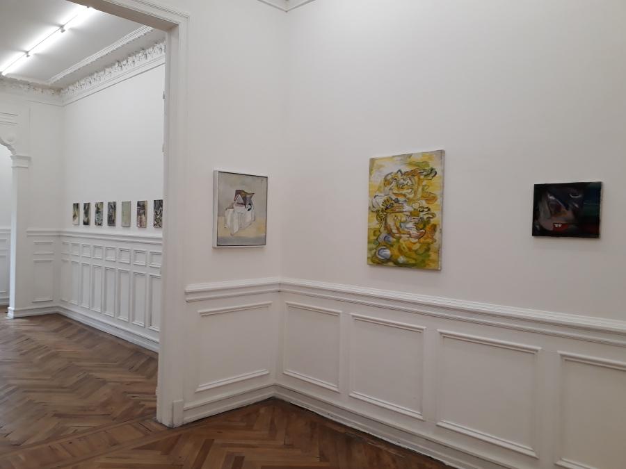 """Vista de la exposición """"Es kétchup"""", de Alejandro Palacios, en The Intuitive Machine, Santiago de Chile, 2018. Foto cortesía de la galería"""