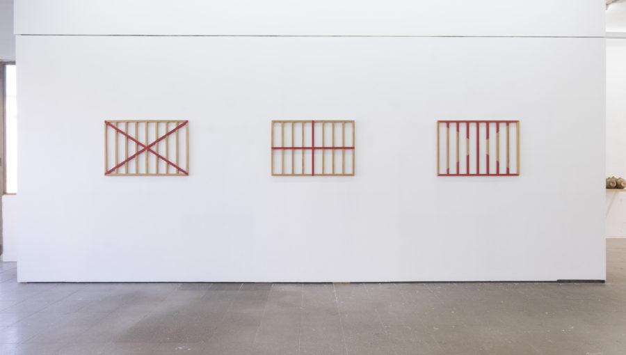Engel Leonardo en la exposición Un hecho de diferencias, Ana Mas Projects, Barcelona, 2018. Foto: Diana Rangel. Cortesía de la galería