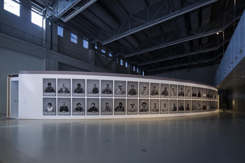 Alexander Apóstol, Dramatis Personae, 2017-2018, instalación con fotografías digitales, 150×100 cm c/u. Cortesía de Power Station of Art. Foto: Jiang Wenyi