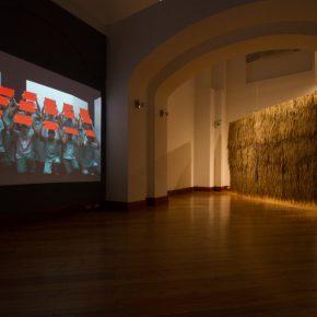 Obras de Gabriel Acevedo Velarde (izq.) y Rometti Costales (der.) en la muestra Horizontes Errantes, en el CAC de Quito, 2018. Foto: Edgar Dávila Soto. Cortesía: CAC Quito