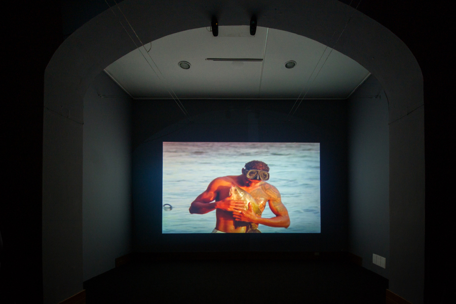 "Jonathas de Andrade, O Peixe (The Fish, El pez), 2016, film de 16mm transferido a video HD, sonido 5.1, 16:9 (1.77), 37'00"". Cortesía: Galeria Vermelho. Foto: Edgar Dávila Soto"
