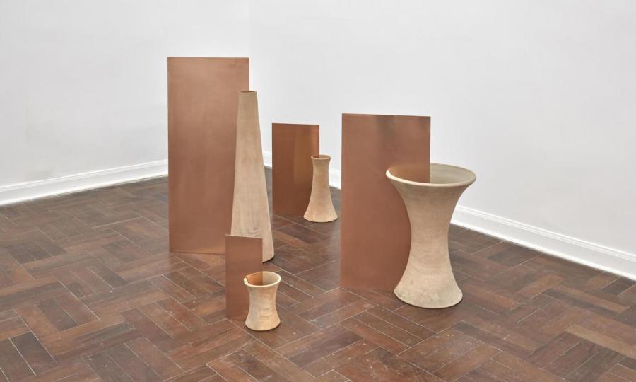 Ximena Garrido-Lecca, Campo reverberante, 2018, cerámica y láminas de acero, medidas variables. Cortesía: 80m2 Livia Benavides