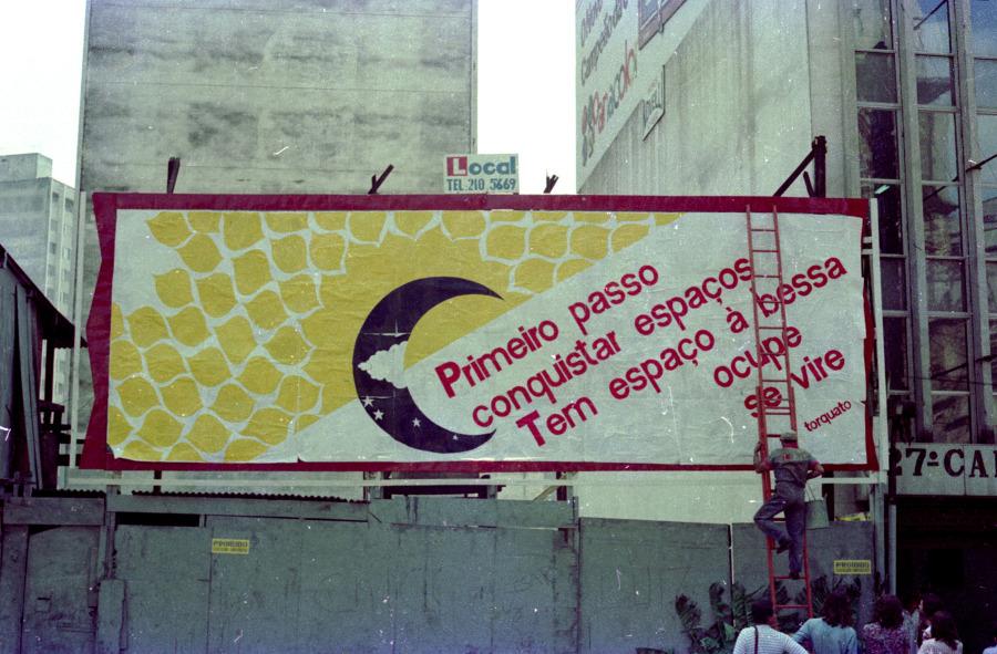 """Grupo Manga Rosa (Carlos Dias, Francisco Zorzette y Jorge Bassani), Art-door """"Primeiro passo, conquistar espaços…"""", 1981-1982, Outdoor. Foto: Jorge Bassani"""