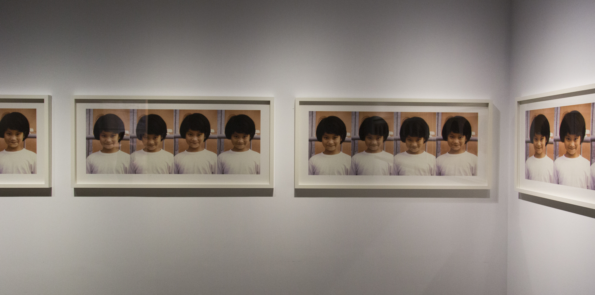 Alfredo Jaar, Hundred Times Nguyen, 1994, 24 fotografías enmarcadas, 63.5×137 cm c/u. Cortesía del artista y Power Station of Art. Foto: Jiang Wenyi.