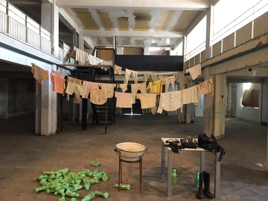 Máximo Corvalán-Pincheira, La ropa sucia se lava en casa II, 2017, acción instalativa y video registro. Cortesía del artista