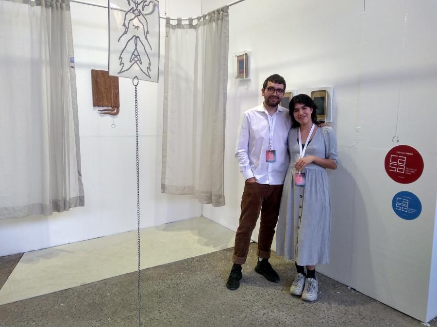 El dúo de artistas ASMA, conformado por la artista mexicana Hanya Beliá y el artista ecuatoriano Matías Armendaris, representados por NASAL, en su stand en Planta, feria Ch.ACO, 2018. Foto: Alejandra Villasmil