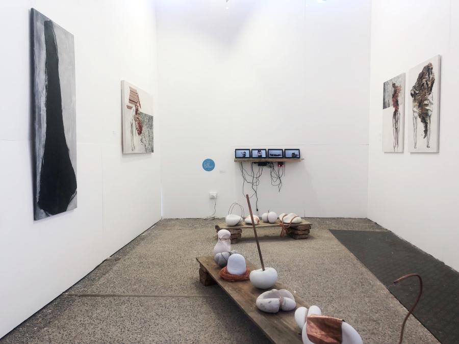 """""""Moldeadoras"""", instalación con video y esculturas de María Eugenia Moya en el stand de María, sección Planta, feria Ch.ACO, 2018. Foto: Cristián Aninat"""