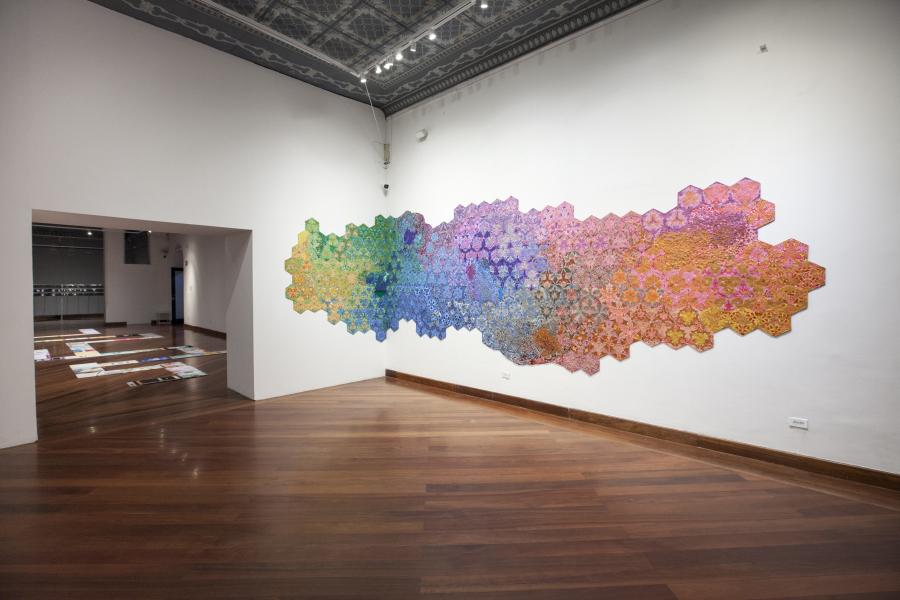 """Vista de la obra """"Cogollo de Toronjil"""", de Magdalena Atria, en la muestra """"Inmersiones estratégicas"""", Programa de Becas y Comisiones de CIFO 2018, en el Centro Cultural Metropolitano de Quito (METQuito), Ecuador. Cortesía de la artista y CIFO."""