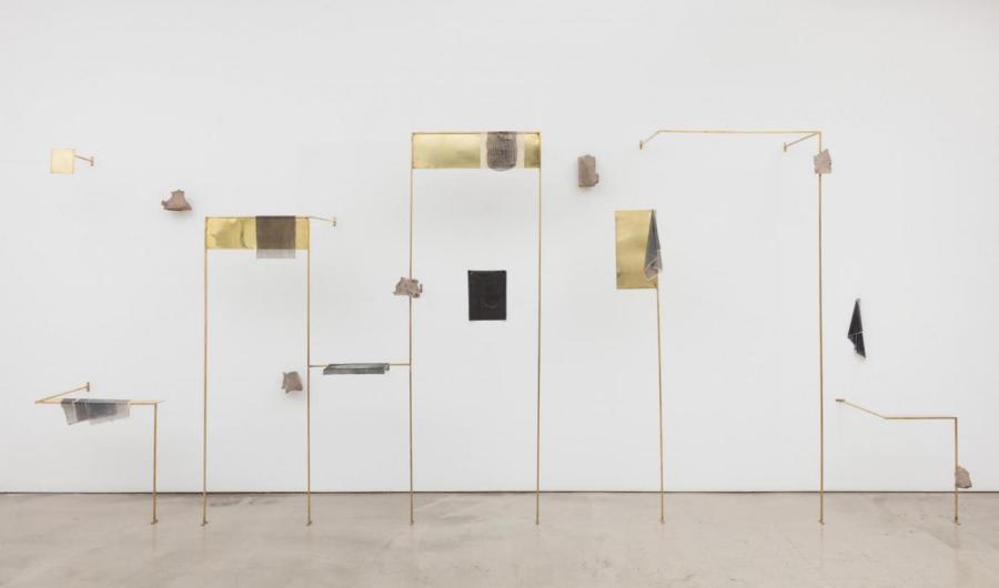 Ishmael Randall Weeks, Variaciones de Viento, 2017, arcilla, ladrillos, bronce, foto-transfers en gel acrílico, 198 x 457.2 x 50.8 cm. Cortesía: Revolver