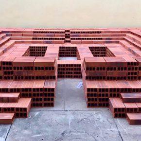 Sara Modiano, Tumba para el arte (Cenotafio), 1982, instalación con 5000 ladrillos, versión de 3 m2. Foto cortesía: La Usurpadora