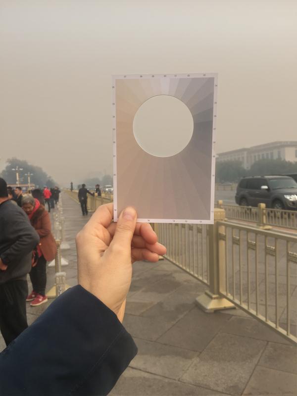 Macarena Ruiz-Tagle, Air Pollution Meter Postcard [Tarjeta postal para medir la contaminación del aire], impresión offset en papel reciclado de 10,5 x 14,8 cm cada uno. Edición de 20.000 ejemplares. Cortesía de la artista