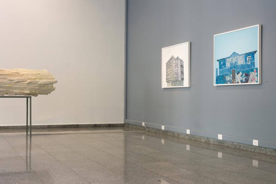 Vista de la exposición El reino de las cosas falsas, de Paula Dittborn y Marcos Sánchez, en Sala Gasco, Santiago de Chile, 2018. Cortesía de los artistas