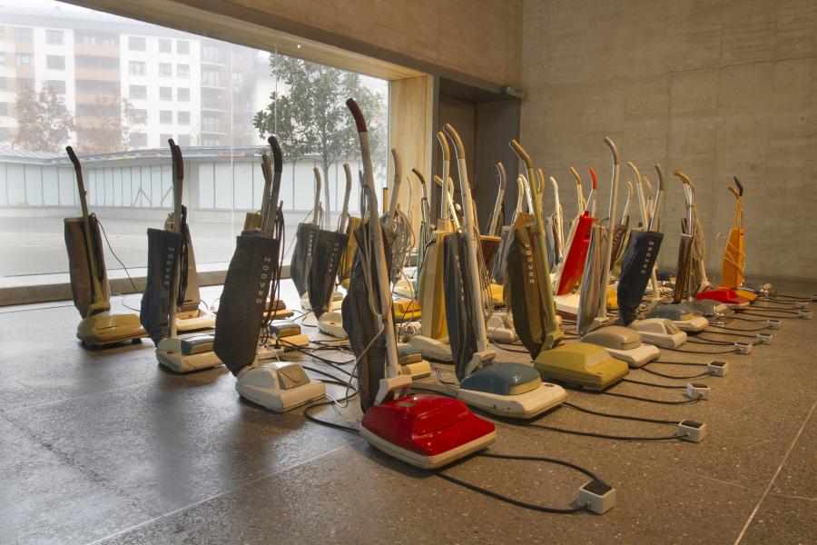 Wolf Vostell, Sinfonía para 40 aspiradores,1976. Vista de la instalación en la exposición VIDA = ARTE = VIDA, MUSAC, 2018