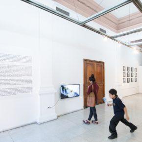 Vista de la exposición de Tárix Sepúlveda en Galería BECH, Santiago de Chile. Cortesía: BECH