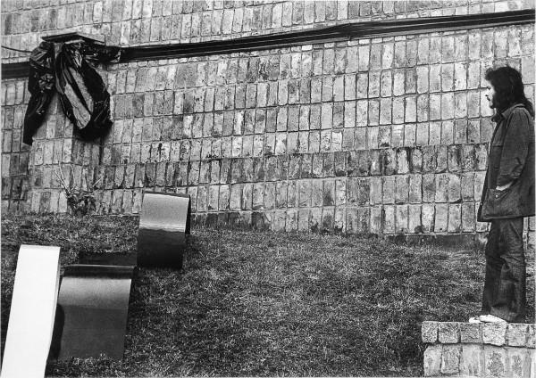 Horacio Zabala, 300 metros de cinta negra para enlutar una plaza pública, 1972