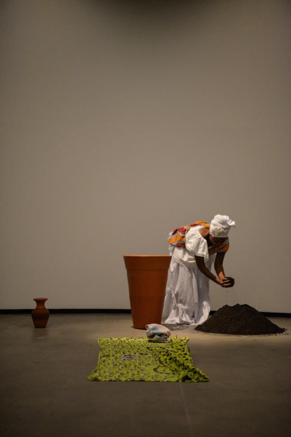 Performance de Renata Felinto en el Instituto Tomie Ohtake, São Paulo, 2018. Foto: Gabriel Bicho. Cortesía: Virada Sustentável