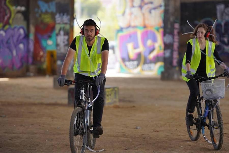 """""""Escuchar puede ser andar en bicicleta"""" invita a los amantes del pedaleo a la experiencia de escuchar el terreno por medio de los PET -Prótesis de Escucha Tentaculares-, dispositivos creados por los artistas Javier Bustos y Florëncia Kurch. Cortesía: Tsonami 2018"""