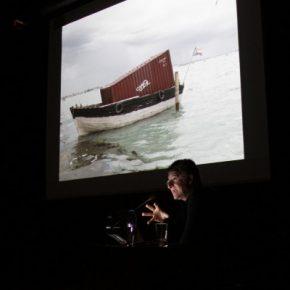 Alfredo Jaar, durante su conferencia en el GAM, con motivo de participación en la 55va Bienal de Venecia. Cortesía: Consejo Nacional de la Cultura y las Artes (CNCA)