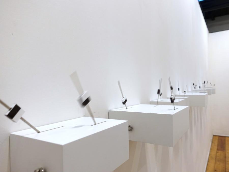 Manuela Ribadeneira, Amigos o enemigos, 2018, cajas de madera con mecanismos de cuerda. Dimensiones variables. Foto: Rodolfo Kronfle