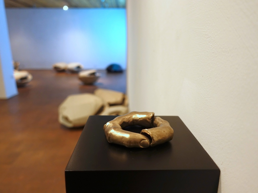 Manuela Ribadeneira, La culpa es tuya, 2018, bronce, 15 x 15 x 8 cm. Foto: Rodolfo Kronfle
