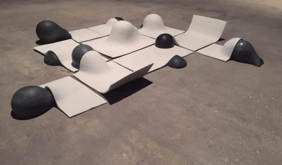 Matilde Benmayor, Our delimited space to play, 2018, cerámica y concreto. Cortesía: Galería Espora, Santiago