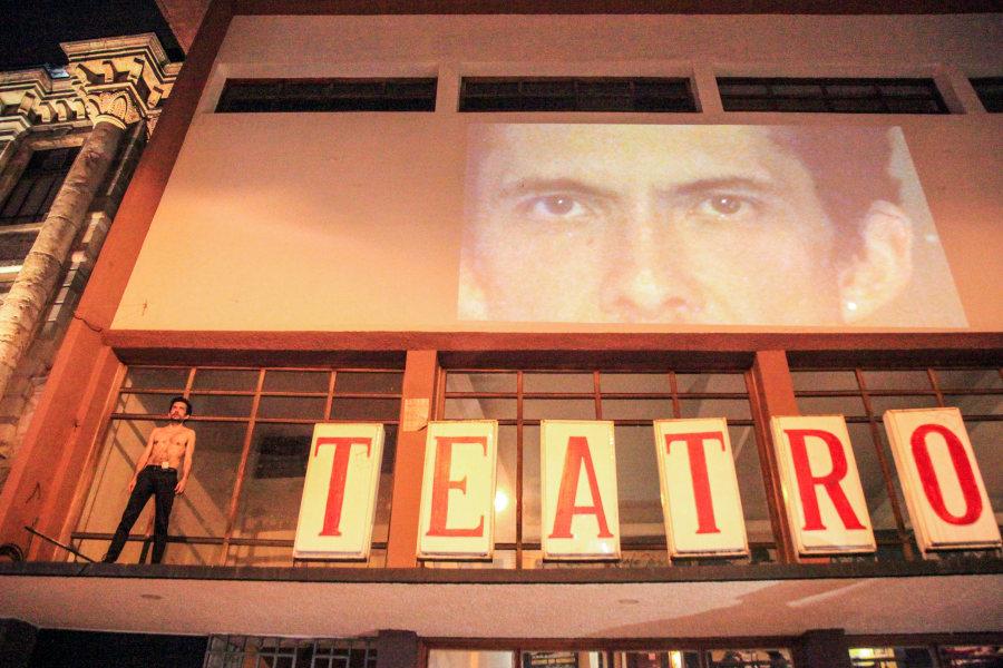 """Performance del artista ecuatoriano Santiago Reyes, """"Romantic Eyes Movement"""", 2018. Premio del Jurado (Teatro Casa de la Cultural). Foto: Xavier Caivinagua. Cortesía: Bienal de Cuenca"""