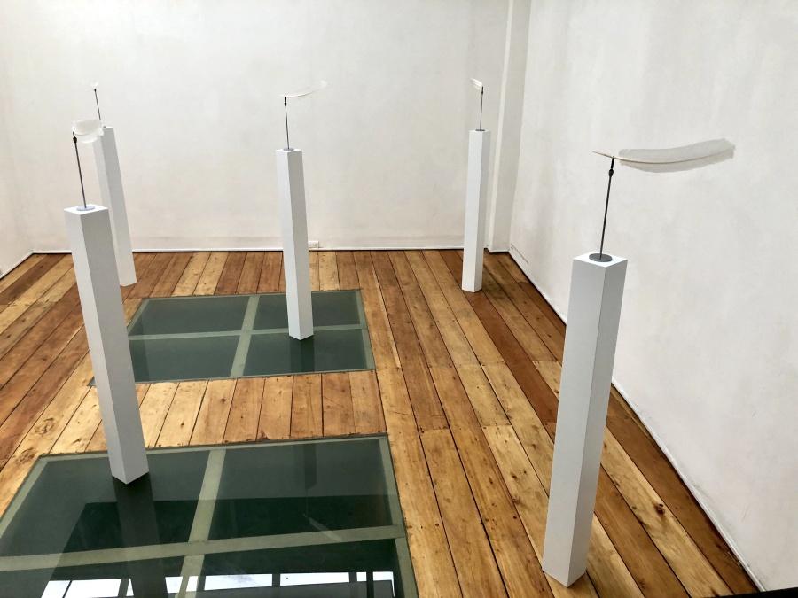 Manuela Ribadeneira, Sobre la dirección en la que sopla el viento, 2009, plumas y veletas, instalación, 29 x 30 cm c/u (sin base). Foto: Rodolfo Kronfle