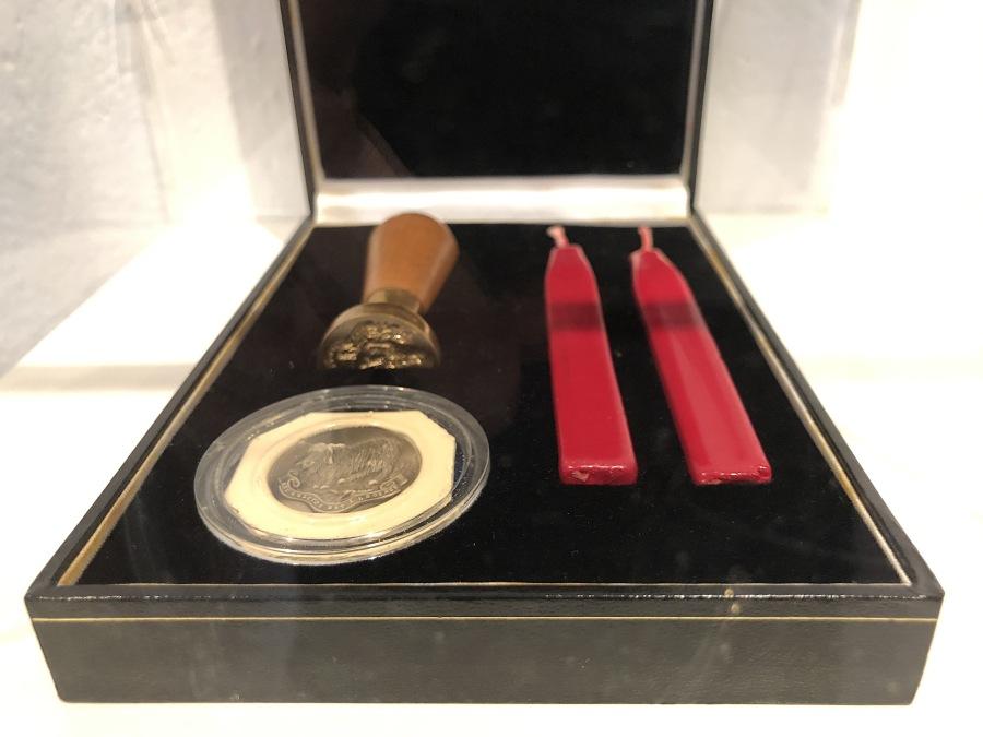 Manuela Ribadeneira, El chivo expiatorio, 2009, estuche de cuero, sello de bronce, cera roja y prueba en porcelana (estuche 4 x 16 x 11.5 cm / Sellos 2.5 cm Ø c/u). Foto: Rodolfo Kronfle