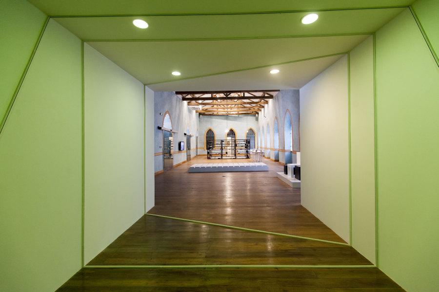 Marcius Galan (Premio Beca 2011), 3 Secciones, 2011, instalación site-specific, 339 1/3 x 185 7/8 in. Foto: Coco Laso. Cortesía: Cisneros Fontanals Art