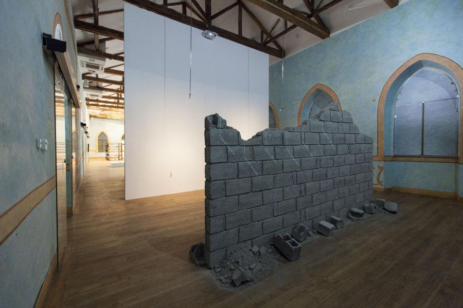 Celia-Yunior (Premio al artista emergente 2017), Colinas, 2017, instalación site-specific con bloque de cemento, vinilo y video monocanal. Foto: Coco Laso. Cortesía: Cisneros Fontanals Art Foundation