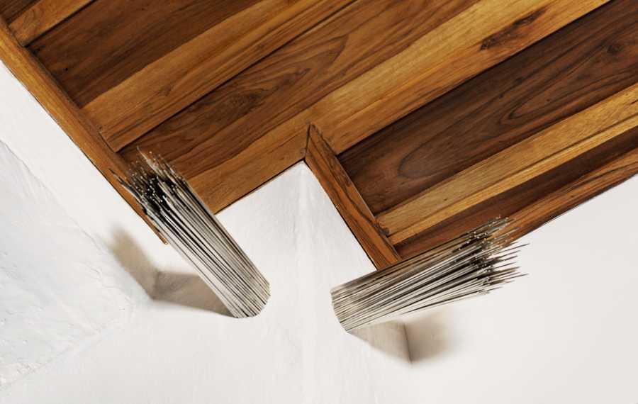 Manuela Ribadeneira, Las tejedoras, 2010, agujetas de tejer de acero inoxidable de 40 cm de largo, cortadas por la mitad, grosores varios. Foto: Fernando Piedra