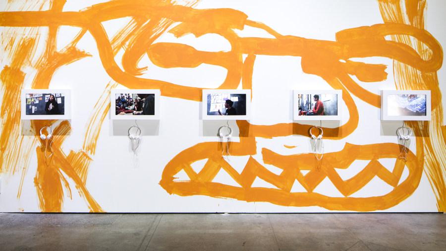 """Vista de la exposición """"Las enseñanzas del cerezo"""", del Colectivo MICH, en la Sala de Artes Visuales del Centro Cultural Matucana 100, 2018. Foto: Benjamín Matte"""