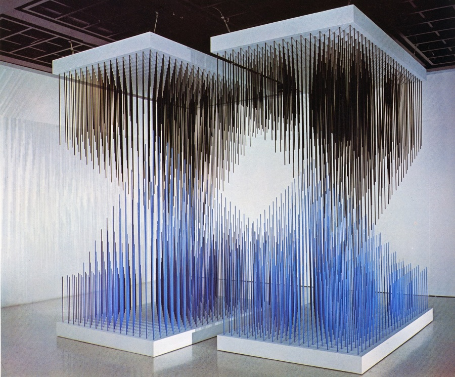 Jesús Rafael Soto, Doble progresión azul y negra,1975. Cortesía del artista y Museo Guggenheim, Bilbao, España