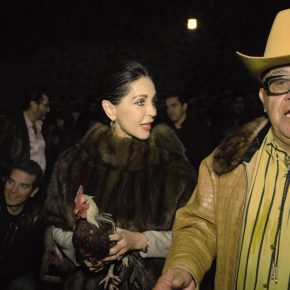 Yvonne Venegas (México), María Elvia con gallo, 2010, copia inyección de tinta. Cortesía: Museo del Chopo