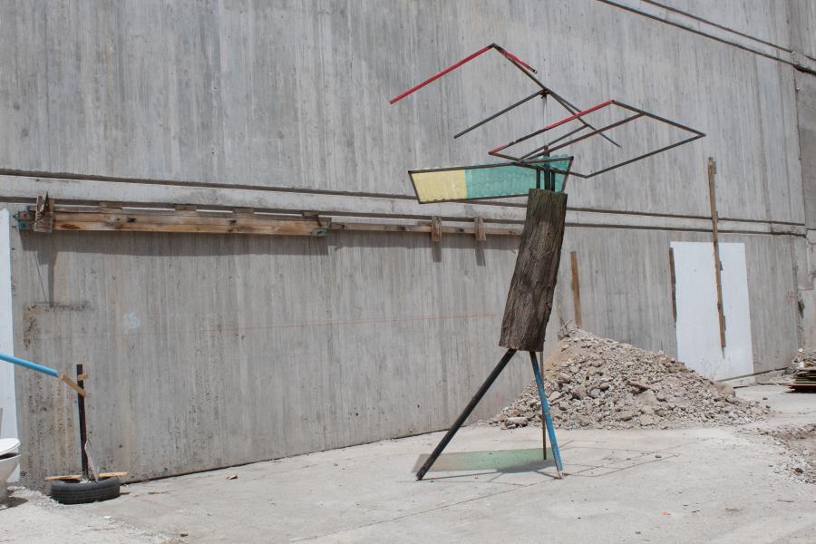 Abraham Beltrán, Acacia, 2018, madera y fierro, 325 x 235 x 230 cm. Cortesía del artista y Escuela de Arte UDP