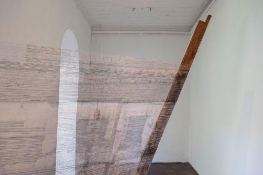 """Instalación de la artista colombiana Leyla Cárdenas, """"Tejidoentretejido"""", hilo destramado y puntal de madera, 2018 (Museo Municipal de Arte Moderno). Foto cortesía de la Bienal de Cuenca"""