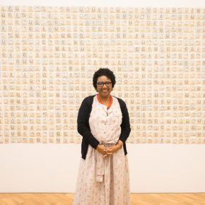 La artista Rosana Paulino en la Pinacoteca. Foto: Levi Fanan / Pinacoteca