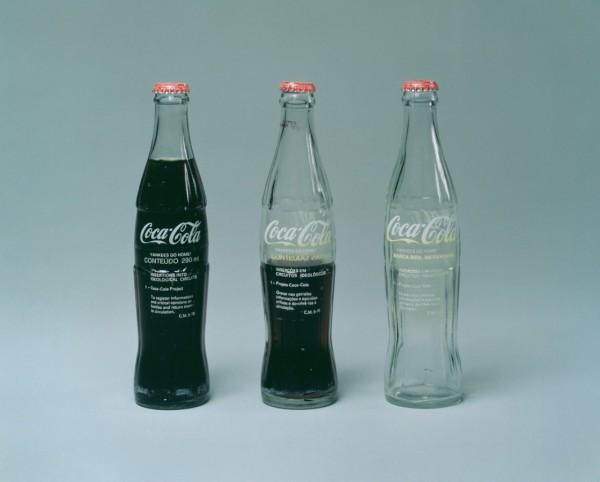 Cildo Meireles, Insercoes em Circuitoes Ideologicos: Projeto Coca-Cola [Inserciones en circuitos ideológicos: Proyecto Coca-Cola], botellas de Coca-Cola de los años 70, texto transferido a la botella, 18 centímetros. Cortesía: Galerie Lelong