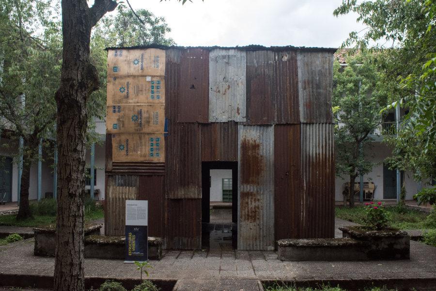 """Instalación del artista venezolano Óscar Abraham Pabón """"Ora pro nobis"""" [Ora por nosotros], instalación sonora con materiales diversos; andamios, maderas, láminas metálicas, zinc, plástico, 2018 (Museo de la Medicina). Foto cortesía de la Bienal de Cuenca"""