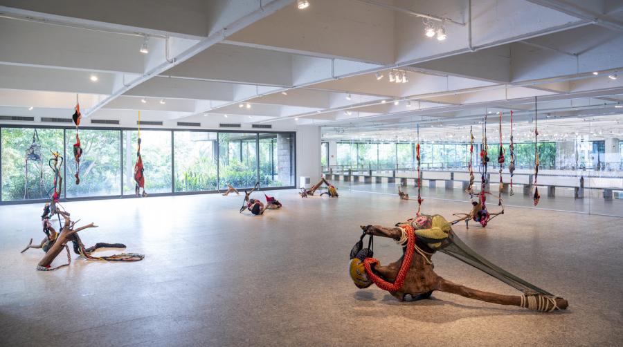 """Vista de la exposición """"Sonia Gomes: Ainda assim me levanto"""", en el Museo de Arte de São Paulo (MASP), 2018-2019. Foto: Eduardo Ortega. Cortesía: MASP"""