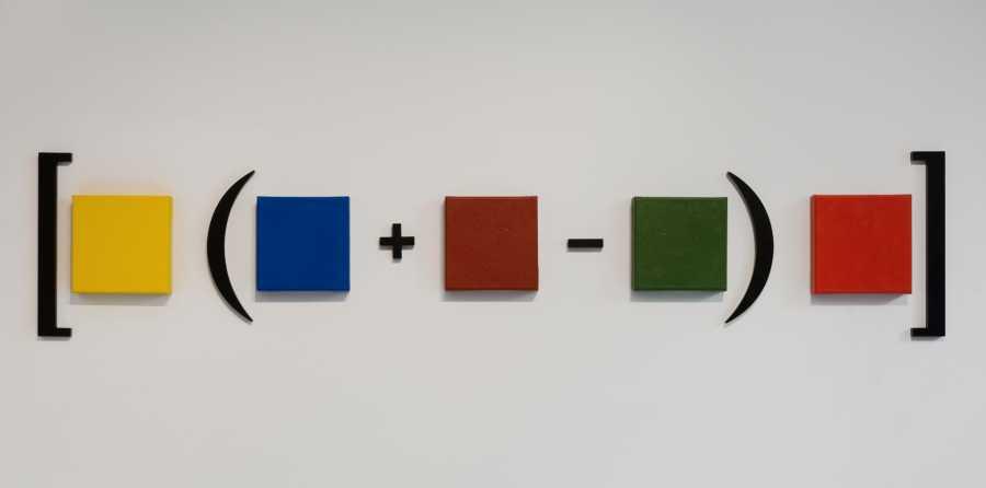 Horacio Zabala, Hipótesis para una ecuación (amarillo, azul, marrón, verde, rojo), 2012, acrílico sobre tela, esmalte sobre madera. Obsequio de Nicholas Pardon. Imagen cortesía de Nicholas Pardon.
