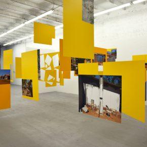 Sergio Vega, Shanty Nucleus After Derrida 2, 2011-2013, instalación con impresiones sobre vinilo montadas en cintra. Obsequio de Nicholas Pardon. Imagen cortesía de Nicholas Pardon.