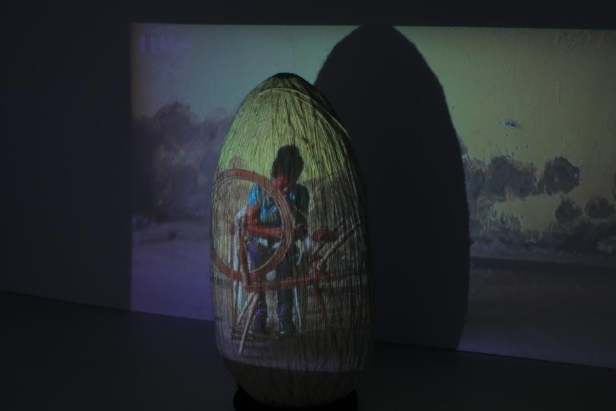 Gina Arizpe, Acumulación, un mes de trabajo, 2014 – 2018, instalación/escultura de hilo de algodón y proyección de video, 50 x 50 x 50 cm en un espacio de 200 x 200 cm. Peso: 1 k. Cortesía de la artista