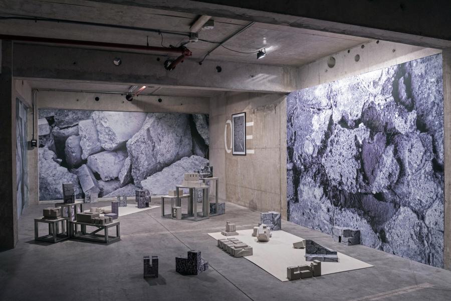 Ana Carolina Tapia, Hormigón no habitable, 2018-2019, instalación compuesta por esculturas de hormigón y cartón, papel mural e impresión en serigrafía. Dimensiones variables. Foto: Jorge Brantmayer