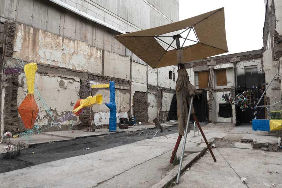 Obras del Colectivo Cuneta, Taller sin techo, en sitio eriazo aledaño a la Biblioteca Nicanor Parra de la UDP, Santiago, Chile, 2019. Foto: Jorge Brantmayer