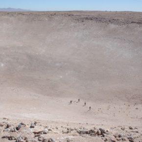Acción en el cráter de Quillagua - Karen Perry (México), Arcangel Constantini (México), Marisa Caichiolo (Argentina/EEUU) y Dagmara Wyskiel (Polonia/Chile). Todas las imágenes son cortesía deDagmara Wyskiel