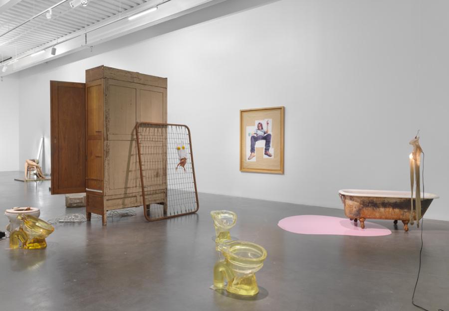"""Vista de la exposición """"Sarah Lucas: Au Naturel"""", en el New Museum, Nueva York, 2018. Foto: Maris Hutchinson / EPW Studio"""