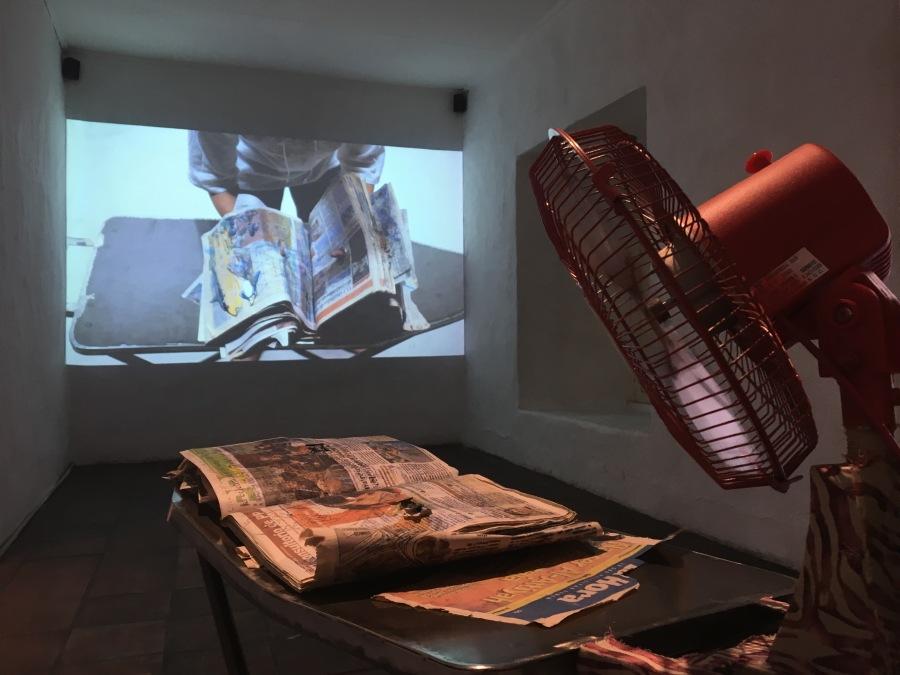 """Instalación de la artista ecuatoriana Jenny Jaramillo con la obra """"Es verdad, yo meo"""", 2018. Video-performance, mesa de planchar y ventilador de metal. Cortesía de la artista y Bienal de Cuenca"""