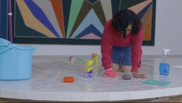 Camilo Yáñez,Victoria Allende limpia al pueblo de Chile (2012), still de video. Cortesía del artista y Casa E